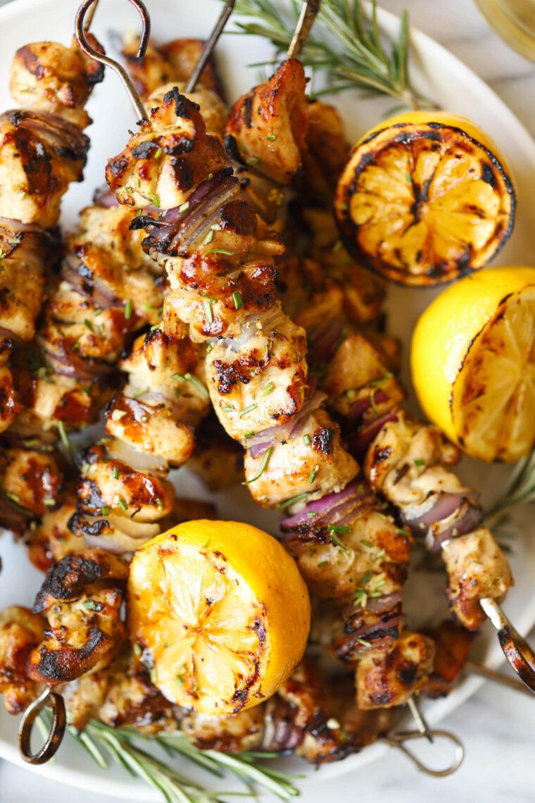 Куриные шашлычки с лимоном и чесноком - эти шашлыки из чудесного лимонно-чесночного маринада можно готовить постоянно!  Такая нежная, такая сочная!